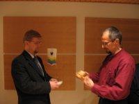 Vuoden 2006 puheenjohtaja Jukka-Pekka Pelttari (vas.) vastaanotti tehtävän Pauli Heikkiseltä johtokunnan vaihtokokouksessa 12.1.2006 Elisan tiloissa Jyväskylän Innovassa.